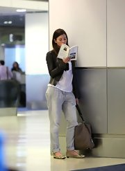 Jessica Biel's oversized beige Louis Vuitton bag looked perfect for traveling.