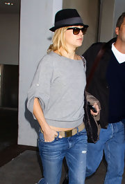 Kate Hudson paired her jeans with a tan canvas belt for her flight.