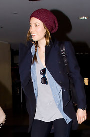 Jessica Biel's red knit beanie contrasted nicely with her navy coat.