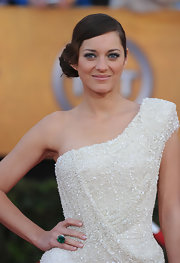 Marion Cotillard attended the SAG Awards wearing a huge emerald and diamond ring by Chopard.