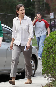 Katie Holmes kept it comfy all the way down to her tan suede loafers.