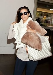 A white pashmina kept Eva Longoria warm during her flight.