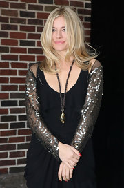 Sienna Miller appeared on 'Letterman' wearing a large gold pendant on a rope strand.
