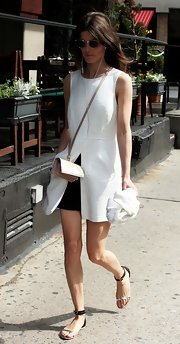 Hanneli Mustaparta finished off her laid-back get-up with a beige mini shoulder bag.
