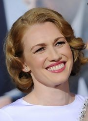 Mireille Enos painted her lips with pink lipstick for a movie premiere.