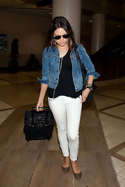 For her travel bag, Mila Kunis chose a black rollerboard.