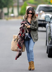 Though all covered up, Rachel Bilson looked sexy in those tight jeans.