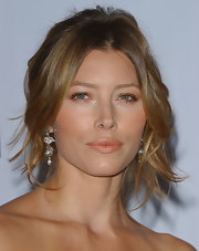 Jessica Biel finished off her look with a lovely pair of dangling diamond earrings.