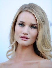 Rosie Huntington-Whiteley looked oh-so-pretty with her side part and wavy ends at the amfAR Cinema Against AIDS Gala.