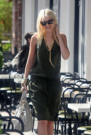 Jessica Stam finished off her outfit in ultra-chic style with a gold lariat necklace.