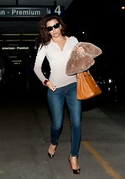 Eva Longoria completed her laid-back airport outfit with a pair of Rag & Bone skinny jeans.