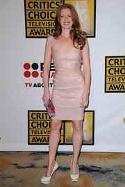 Mireille Enos added a colorful element to her pale outfit -- a beaded clutch at the Critics' Choice Television Awards.