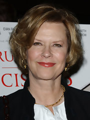 JoBeth Williams attended the LA premiere of 'Running with Scissors' wearing this poofy bob.