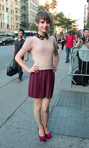 Sami Gayle charmed in a retro-chic pink knit top during the premiere of 'Total Recall.'