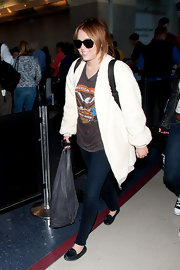 For her arm candies, Miley Cyrus chose a black leather hobo bag and a backpack.