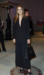 A patterned black tote amped up the business-chic feel of Leelee Sobieski's look.