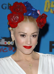 Gwen Stefani adorned her hair with a beautiful rose headdress for the Billboard Music Awards.