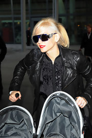Gwen Stefani was spotted at Heathrow wearing all black, topped off with modern square sunnies.