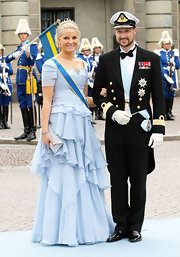 Princess Mette-Marit paired her dress with a gray envelope clutch.