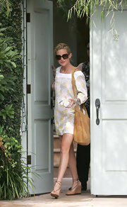 A stylish camel-colored suede bag completed Kate Hudson's ensemble.