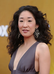 Sandra Oh accessorized with a pair of vintage-glam chandelier earrings.