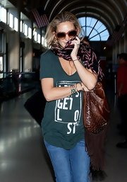 Kate Hudson tried to cover her face with a printed scarf.