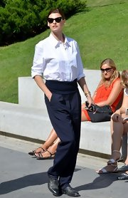 Linda Evangelista confidently walked the streets of Madrid wearing a pair of high-waist trousers.