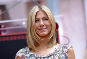Jennifer Aniston looked oh-so-hip with her layered lob during her hand and footprint ceremony.