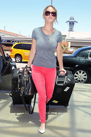Jennifer Lawrence chose a comfy combo for her flight out of LA, consisting of pink skinny jeans and a gray tee.
