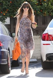 Jessica Biel paired her exquisite dress with an equally chic bright orange leather tote by Tod's.