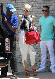 Gwen Stefani kept the breezy-chic look going with a pair of strappy red platform sandals.