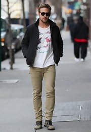 Ryan Gosling showed off his muscular legs in a pair of khaki-hued skinny pants.