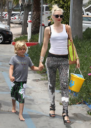 Gwen Stefani headed to the beach wearing super-sexy black strappy sandals.
