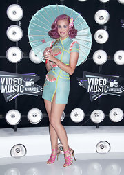 Katy Perry matched her dress with a mint-green Japanese umbrella for her MTV VMA red carpet look.