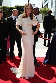 Stana Katic matched her lovely gown with a vintage white satin clutch.