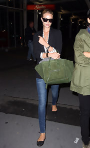 Rosie Huntington-Whiteley kept her travel ensemble comfy with black Azzedine Alaia ballet flats, skinny jeans, and a blazer.