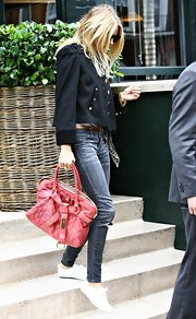 Sienna Miller contrasted her edgy outfit with an ultra-feminine quilted tote by Marc Jacobs.