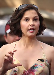 Ashley Judd visited 'Extra' wearing a cute curled-out bob.