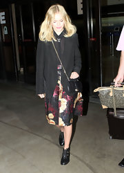 Kate Bosworth finished off her airport ensemble with a small black chain-strap bag.