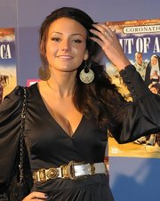 Michelle Keegan capped off her ensemble with a pair of dangling gold cutout earrings.