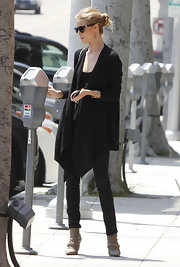 Rosie Huntington-Whiteley contrasted her baggy top with super-slim jeans.