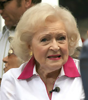 Betty White stayed classic with this bob while visiting 'Extra.'