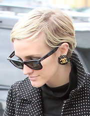 Ashlee Simpson stayed cool with this short 'do while Christmas shopping.