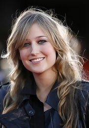 Leelee Sobieski looked oh-so-pretty with her long waves and side-swept bangs during the 'Public Enemies' premiere.
