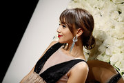 Ashley Madekwe polished off her look with a pair of knotted chandelier earrings.