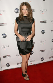 Black evening sandals with extra-wide ankle cuffs finished off Stana Katic's outfit.