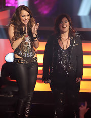 Miley Cyrus styled her low-slung leather pants with a studded belt for the 2009 VH1 Divas show.