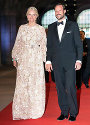 Princess Mette-Marit looked gorgeous in a floral-embroidered gown by Giambattista Valli at the a dinner hosted by Queen Beatrix of The Netherlands.