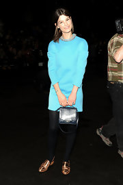 Hanneli Mustaparta finished off her modern-chic look with a dark blue leather purse.