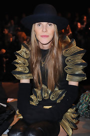 Anna dello Russo kept warm with a pair of black knit gloves during the Iceberg fashion show.